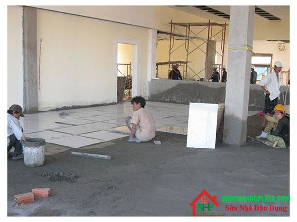 Thợ lát gạch nền nhà tại quận 1
